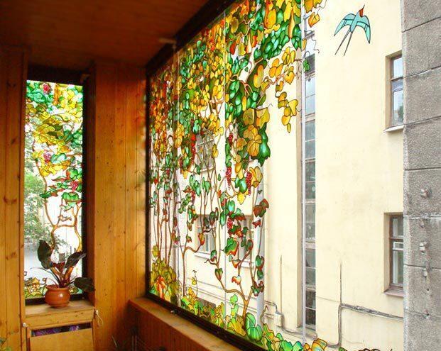 Интерьер с витражными окнами